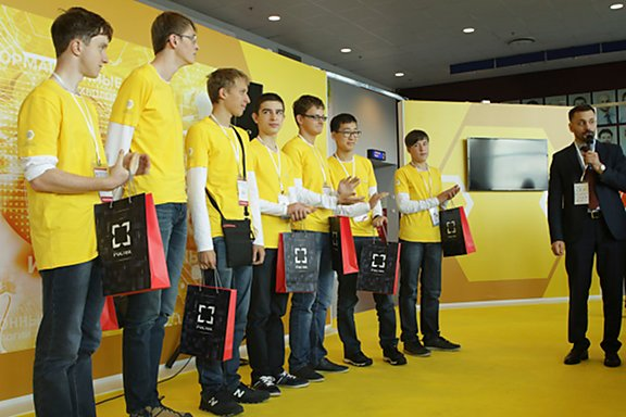 Константин Трушкин вручает команде школьников подарки отИНЭУМ иМЦСТ