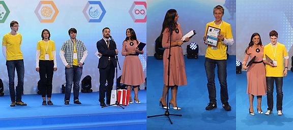 Светлана Савенкова иКонстантин Трушкин вручают победителям сертификаты ипризы
